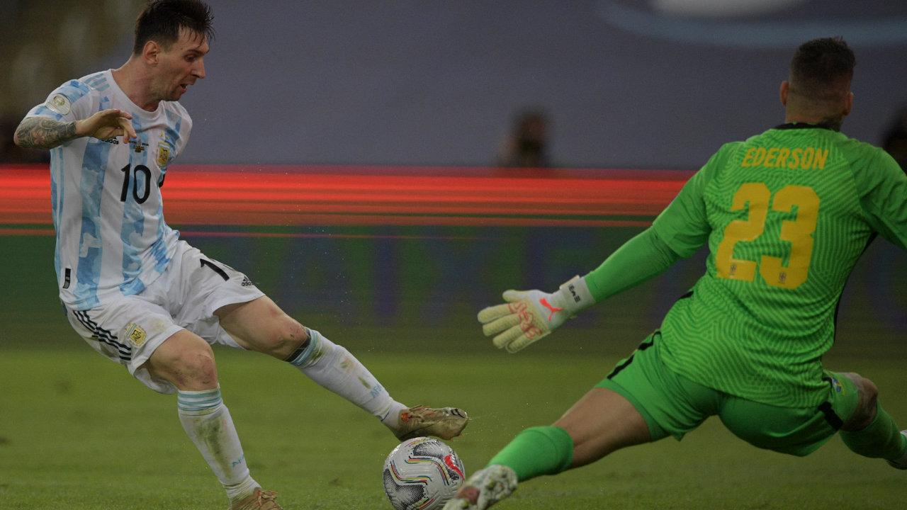 Lionel Messi en un intento fallido de gol ante el portero brasileño Ederson Moraes